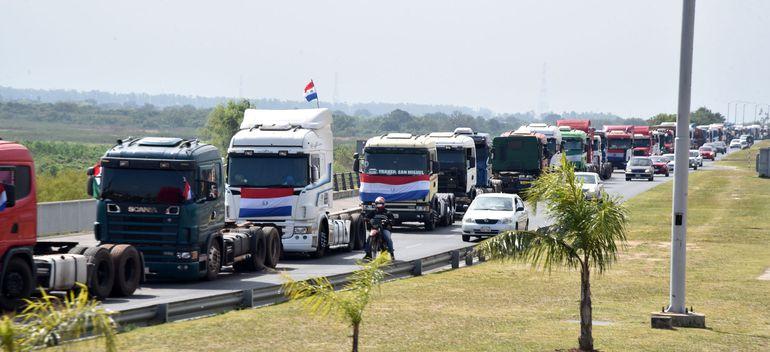 Camioneros se apostaron en la Costanera para presionar por la aprobación del proyecto de Ley de flete