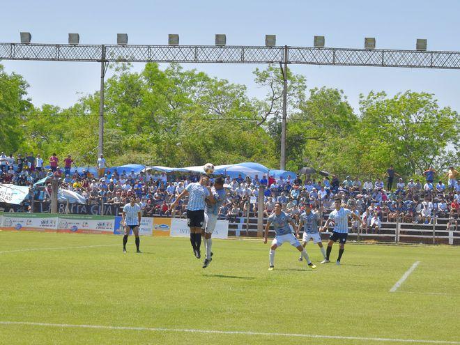 Gran cantidad de simpatizantes estuvieron en la calurosa mañana de ayer, en el  Parque del Guairá, para ver la victoria de Guaireña 2-0 sobre 12 de Octubre de Itauguá. El albiceleste es nuevamente puntero.