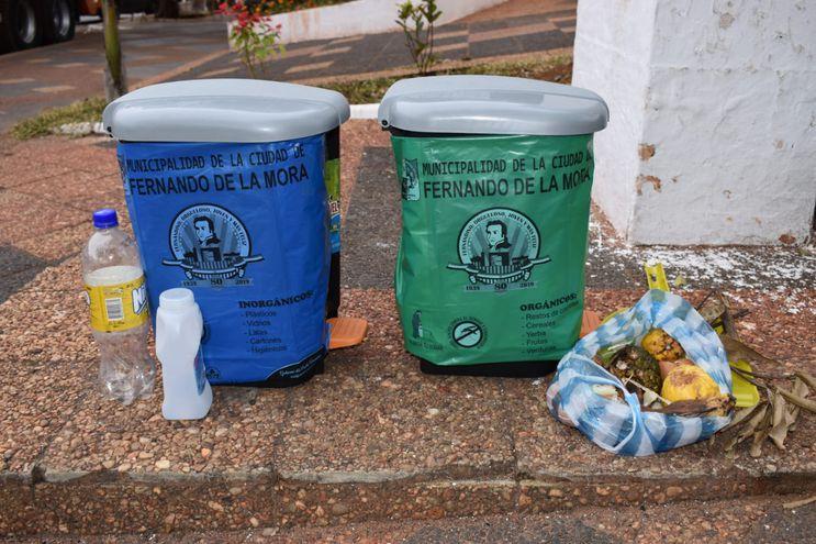 Recipientes de basura para desechos orgánicos (verde) e inorgánicos (azul) a ser instalados en Fernando de la Mora.
