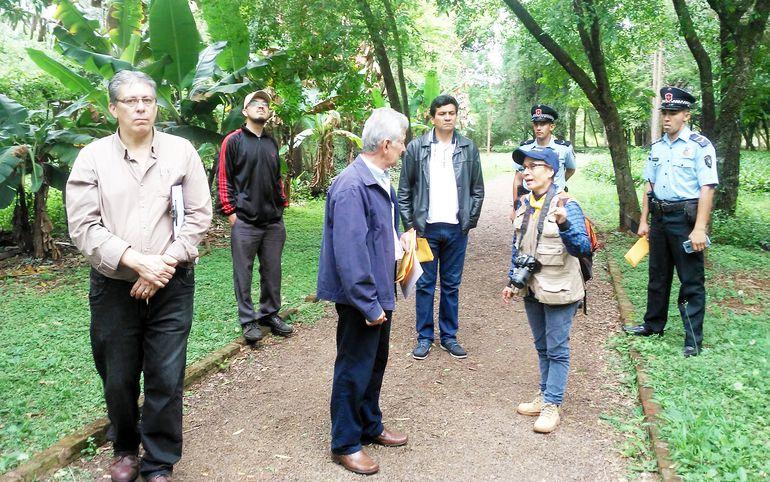 La ingeniera experta en botánica Lidia Pérez conversa con responsables de cuidar las reservas. Estas áreas verdes son de gran valor para la zona.