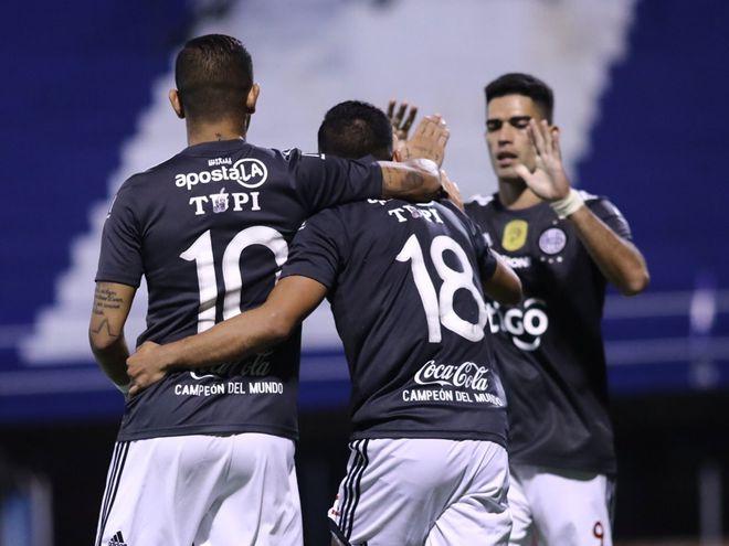 Derlis González (10), Jorge Rojas (18) y Brian Montenegro festejan el tercer tanto del Decano en Itauguá.