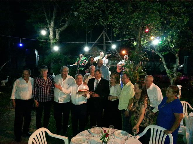 Apagar la primera velita. Felices los miembros de la fundación Folcloristas del Paraguay celebraron el aniversario.