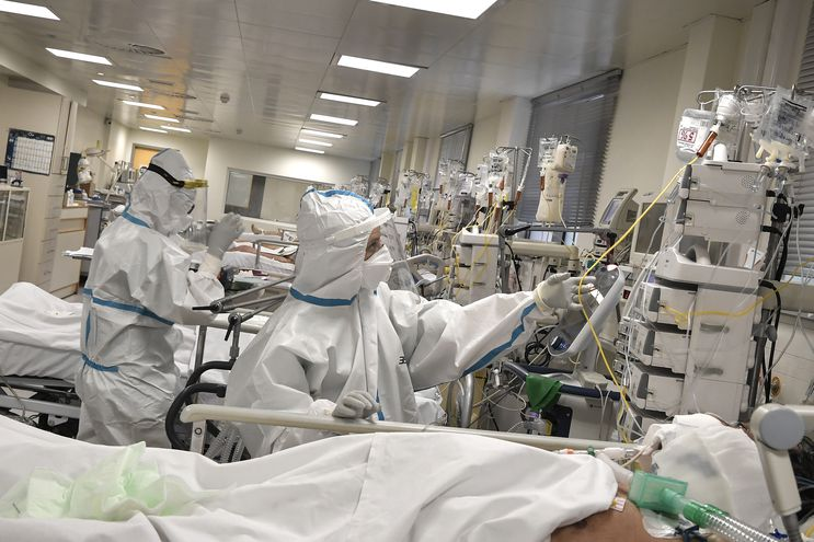 Personal de salud atiende a un paciente con Covid-19.