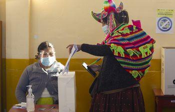 Una indígena Quechua deposita su voto en la villa rural de Capachica, en Puno.
