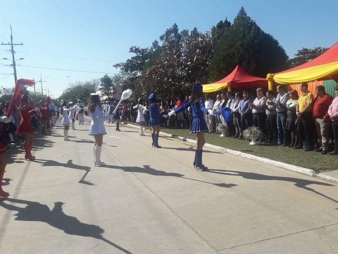 Estudiantes de 6 instituciones educativas participan del desfile por la Amistad.