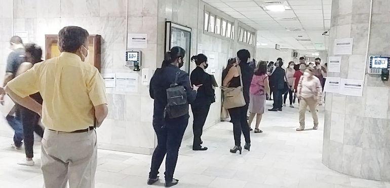 Largas filas ya son una constante en la Oficina de Registros Públicos en el Palacio de Justicia.