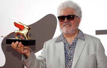 """El cineasta español, Pedro Almodóvar posa con el trofeo """"León de Oro"""", que recibió en Venecia, Italia."""