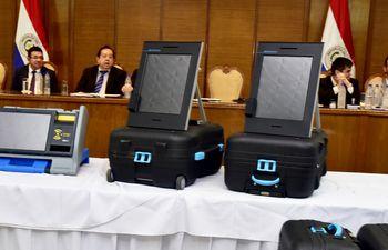 "La Justicia Electoral presentó ayer a la mañana las urnas electrónicas  VOT.AR de Magic Software Argentina (izq.) y  ""Premium"" de SmartMatic."