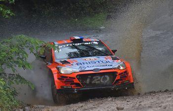 Sin margen de error, pero sin dejar de acelerar, Diego Domínguez (h) y el español Rogelio Peñate se adjudicaron ayer el Rally de Carmen del Paraná, con el Hyundai i20 R5.