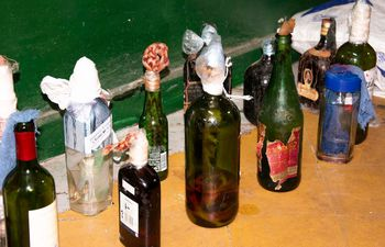 Se incautaron unas 18 botellas de vidrio con nafta tipo bomba molotov.