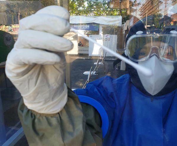 Toma de muestras a pacientes sospechosos de tener coronavirus, en el Hospital de Barrio Obrero, en Asunción.