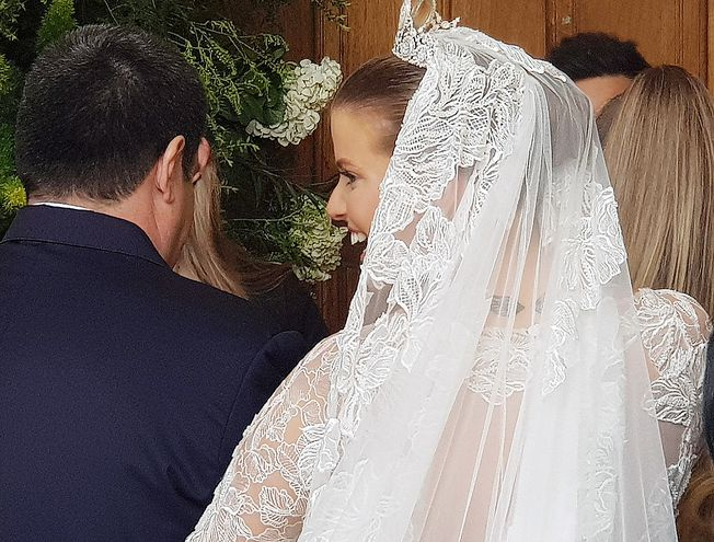 Un largo velo de encaje complementó el traje de la novia, creado y confeccionado por Carlos Burró.