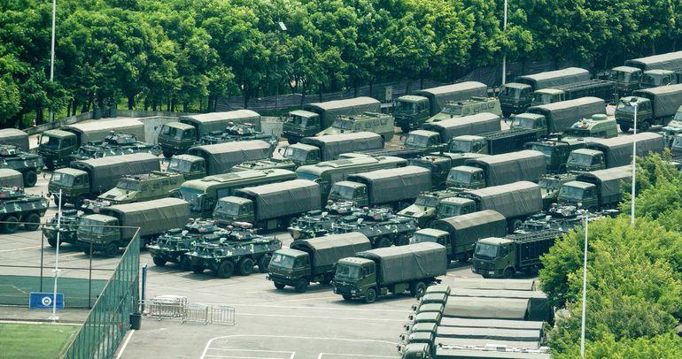 Tanquetas, camiones y vehículos blindados del régimen de Pekín alistados cerca de Hong Kong, cuyos habitantes luchan por mantener su democracia liberal ante la dictadura comunista.