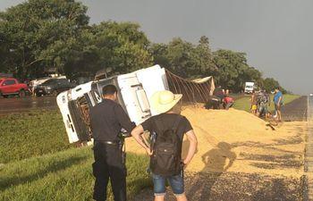 El camión volcó al costado de la ruta PY02 a raíz de la pista mojada.