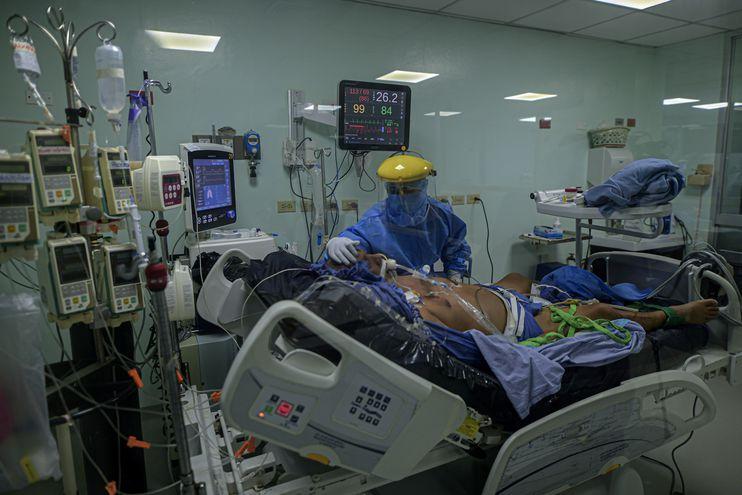 Una enfermera atiende a un paciente infectado con el nuevo coronavirus COVID-19 en la Unidad de Cuidados Intensivos del Complejo Hospitalario Dr. Arnulfo Arias Madrid, en la ciudad de Panamá.