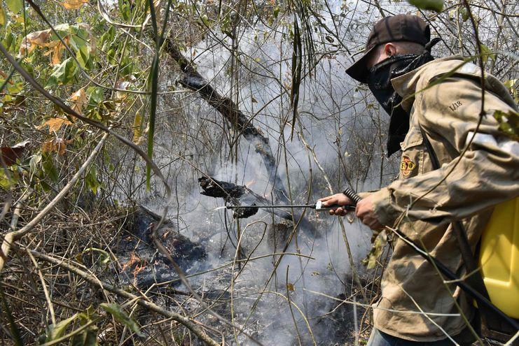 Un bombero desplegado para combatir los incendios forestales en Santa Cruz, Bolivia.