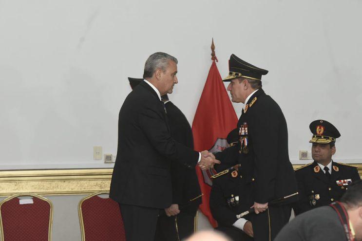 Comandante Resquín, saludando al ministro del Interior.