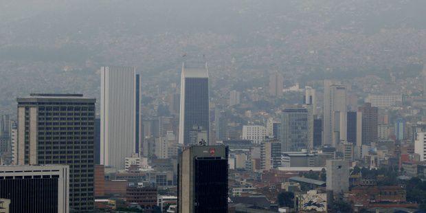 Foto de archivo de vista panorámica del cielo de la ciudad de Medellín (Colombia).