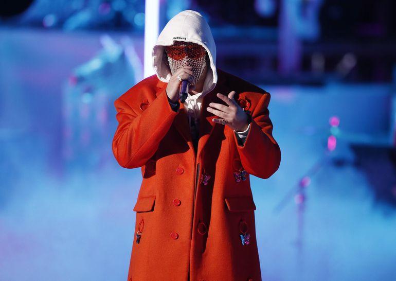 Bad Bunny actúa durante la ceremonia de los Grammy Latino, el jueves.