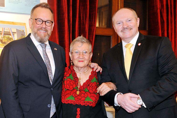 Embajador de Gran Bretaña, Matthew Hedges; Lucy Yegros y Walter Ismachowiez.