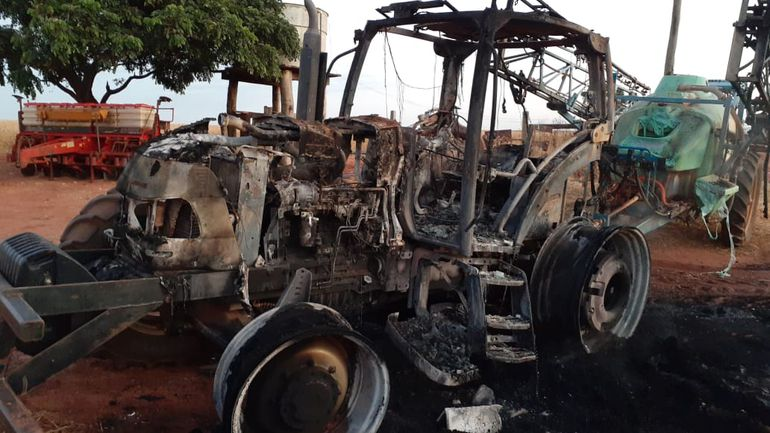 Maquinaria agrícola incendiada en Tacuatí, zona de influencia del EPP.