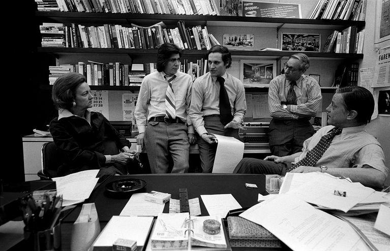 Katharine Graham, Carl Bernstein, Bob Woodward, Howard Simons y Ben Bradlee. Oficinas del Washington Post, 1975.