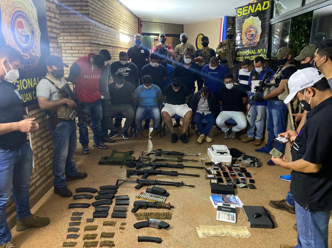Detenidos y las evidencias resultantes del operativo en un lavadero anexo a la seccional colorada en Pedro Juan Caballero.