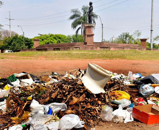 La estatua del fundador de la ANR,  Gral. Bernardino Caballero, está rodeada de basura.