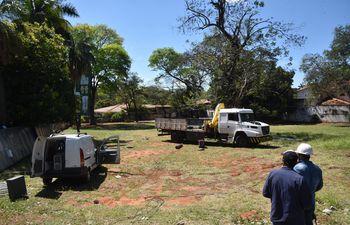 Maquinarias en el predio de la futura estación de servicios en Mariscal López y Brasilia.