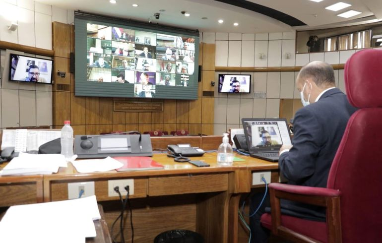 El titular del Senado, Óscar Salomón (ANR, Añetete), preside la sesión en modo  virtual y presencial.