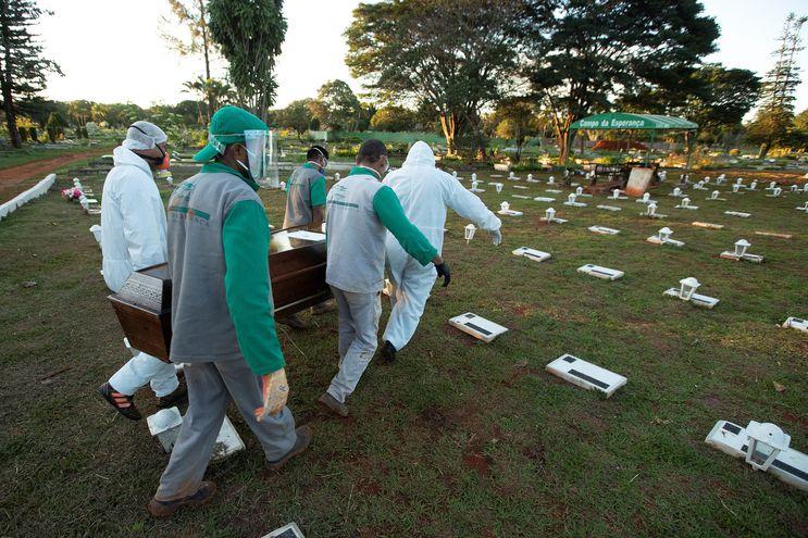 Trabajadores del cementerio Campo de Esperanza entierran una víctima de COVID-19 en Brasilia.