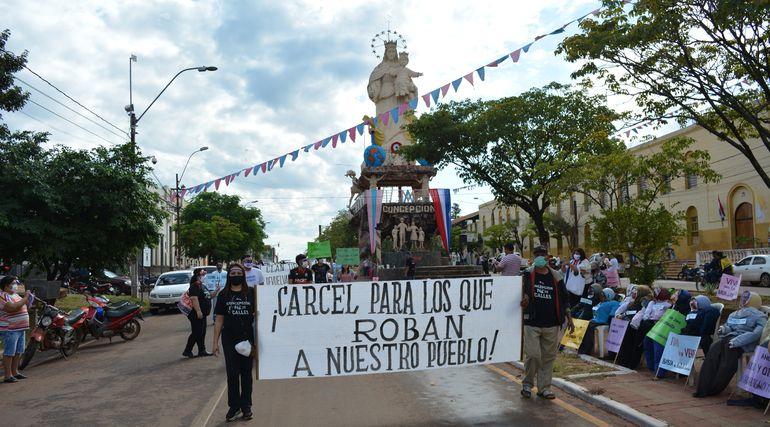 """El """"Desfile anticorrupción"""" de los ciudadanos indignados de Concepción con claros mensajes y consignas."""