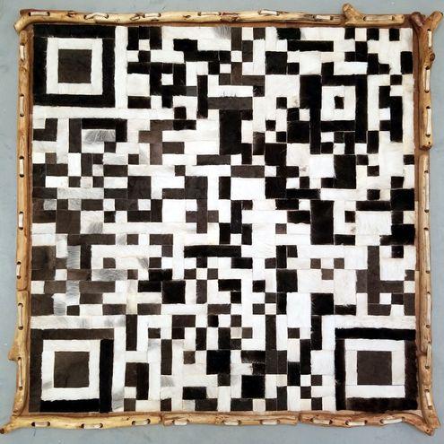 Una de las piezas QR, desarrollada en madera y cuero, que conforman la muestra creada por la artista Patricia Hakim.