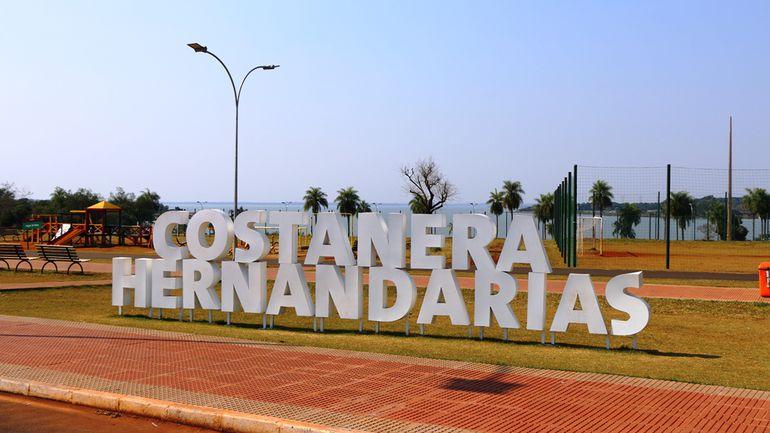 La costanera de Hernandarias cuenta con un espacio amplio y varias comodidades para el esparcimiento al aire libre.
