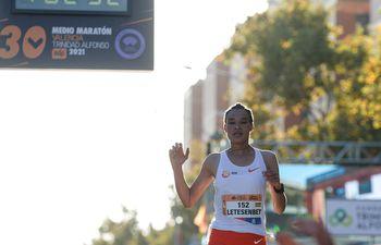 Gidey, tras cruzar la meta y batir el récord del mundo de 21 kilómetros, ayer, en la Media Maratón de Valencia. (EFE)