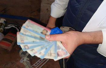 Cédulas dejadas por presuntos clientes en el lugar de expendio de crack.