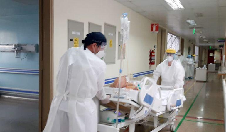 En los hospitales de Ciudad del Este ya no hay lugar en terapia intensiva y el personal de salud selecciona a los pacientes más jóvenes para darles una cama en UTI.
