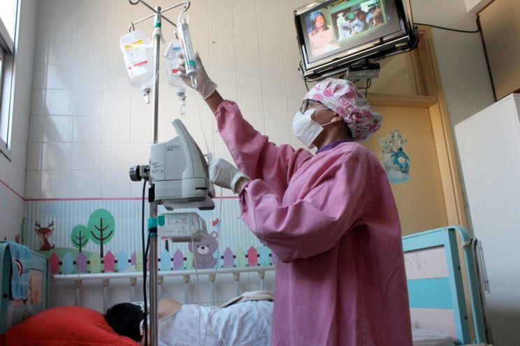 El área de oncohematología del Acosta Ñu ha activado también un sistema de cuidado y prevención. Las profesionales médicas hacen sus rondas con todas las precauciones.