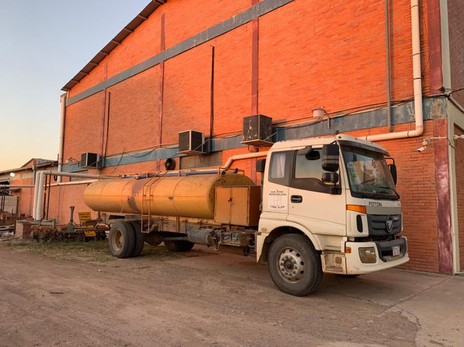 La municipalidad de Loma Plata comenzó a acarrear agua en camiones cisternas a las comunidades donde falta el vital liquido.