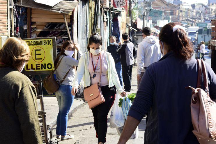 Gente con barbijos tapabocas en el Mercado 4.