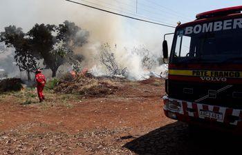 Los bomberos esta tarde en Presidente Franco cuando combatieron un incendio.
