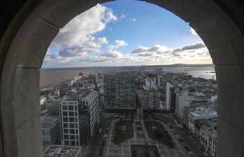 Vista panorámica de la ciudad de Montevideo desde la azotea del Palacio de Salvo, en Uruguay. Desde su cúpula puede verse el cogote de la estatua de treinta toneladas y de 17 metros del prócer de la independencia de Uruguay, José Gervasio Artigas, montado en su caballo que corona la Plaza Independencia, así como la península de la Ciudad Vieja.