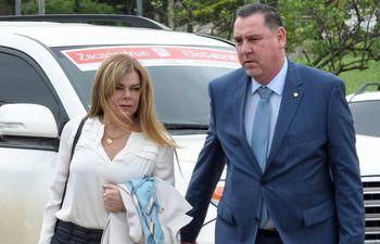 El senador Javier Zacarías Irún junto a su esposa, Sandra McLeod.