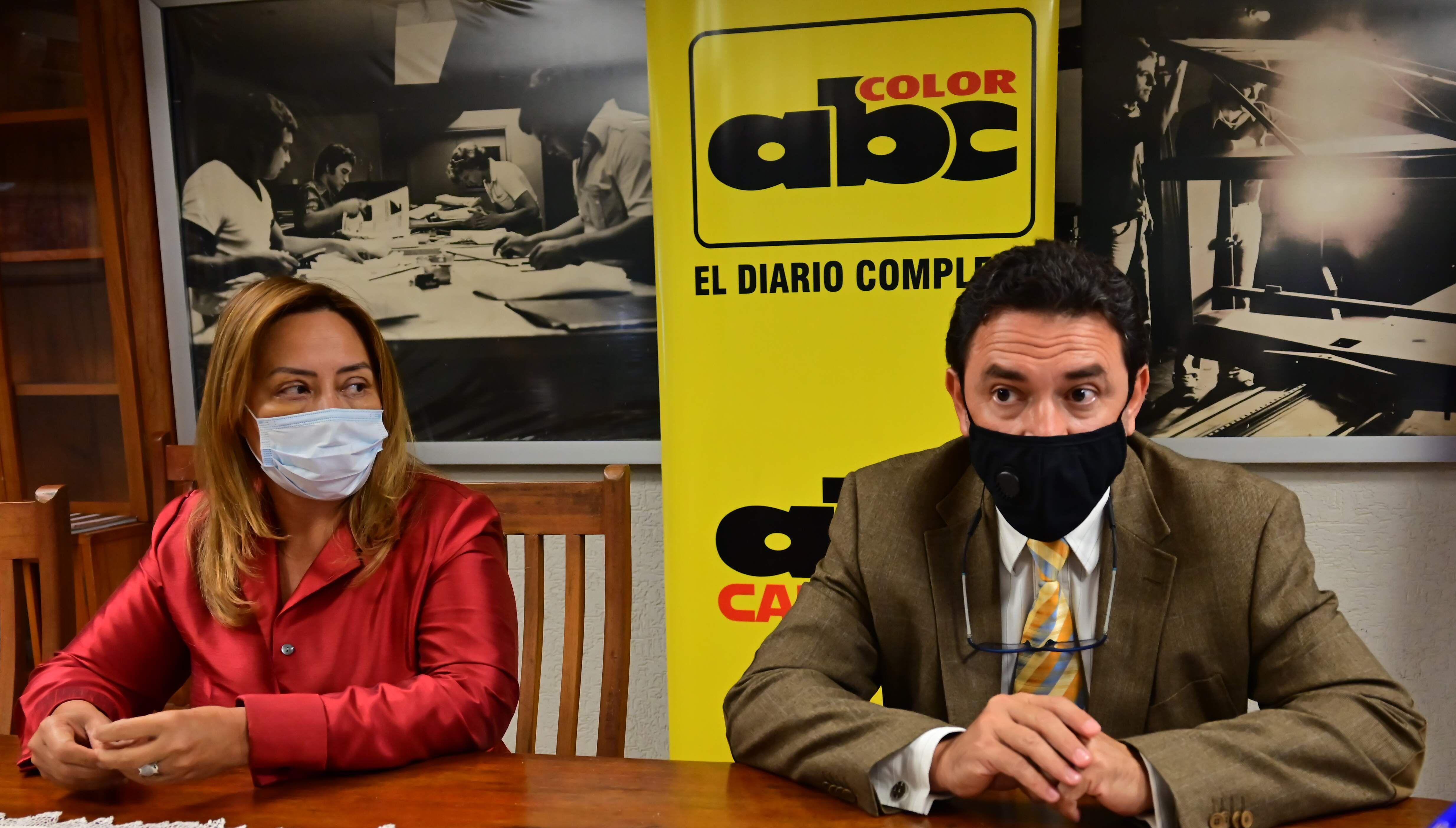 """Carmen Alonso y José Ortiz, integrantes de Conajzar, acudieron a la redacción de ABC, la semana pasada. En la ocasión, defendieron su decisión de """"legalizar"""" tragamonedas en sitios prohibidos."""