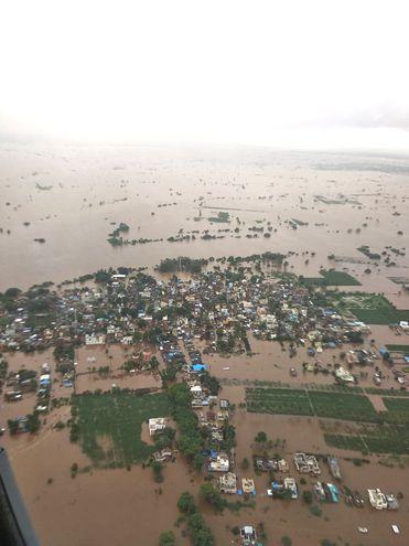 Vista aérea de una zona inundada en la ciudad de Sangli, Maharashtra, India.