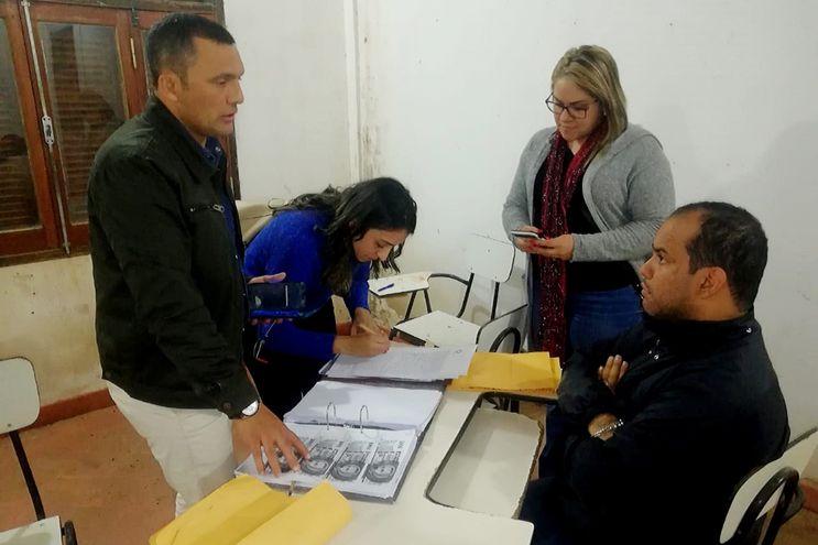 El fiscal Leonardi Guerrero, con la copia de los billetes utilizados para la coima, dialoga con el abogado Luis Méndez.
