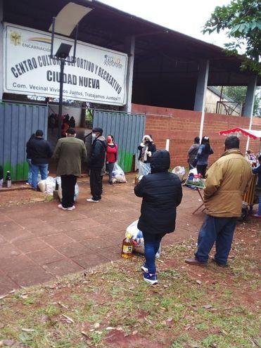 Trabajadores informales de frontera retiran bolsas de víveres entregados por la SEN, en el polideportivo del barrio Ciudad Nueva.