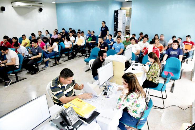 Miles de jóvenes se presentaron para pugnar por las vacancias; ahora les espera el examen del 30 de noviembre.