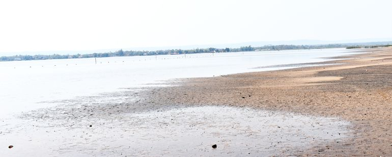 El  lago Ypacaraí retrocedió 18 metros de la costa en setiembre. Un grupo de empresarios y autoridades desean aprovechar la bajante del caudal de agua para realizar un dragado.
