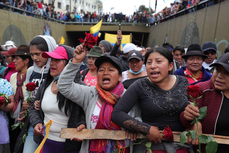 Miles de manifestantes, liderados por grupos indígenas y de trabajadores, marchan en contra de la eliminación de los subsidios a los combustibles, decisión del Gobierno como parte de un acuerdo con el Fondo Monetario Internacional.